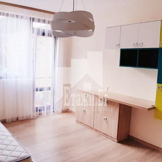 Тристаен луксозно обзаведен апартамент на Траката