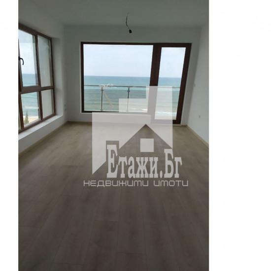 Тристаен апартамент на първа линия на морето в местност Ален мак, плаж Кабакум