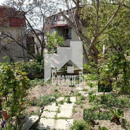 Двустаен апартамент със собствен двор в кв.Бриз