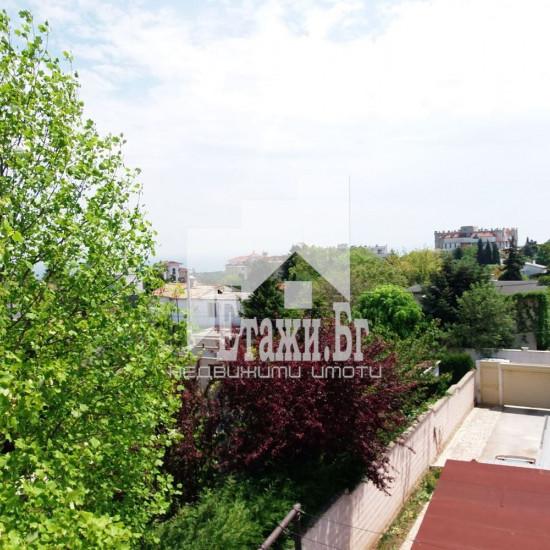 Два самостоятелни етажа от еднофамилна къща с прекрасна морска панорама в местност Евксиноград