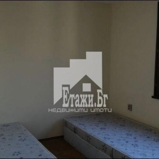 Тристаен обзаведен апартамент в района на Колхозен пазар