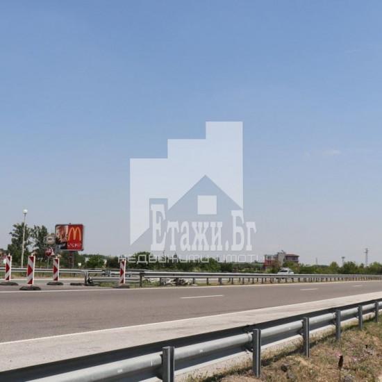 Комплекс, двустранно разположен на автомагистрала Тракия – разклона за гр. Пазарджик